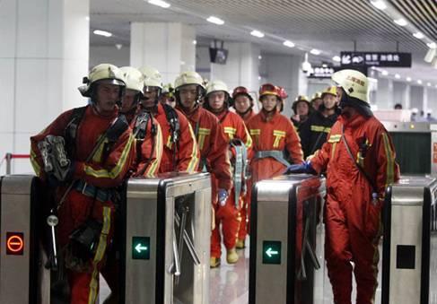 上海地铁追尾事故救援组图